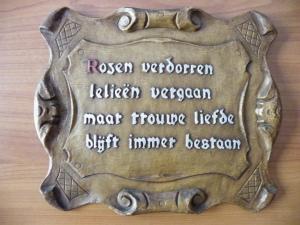 """Nederlandse spelling. Rommelmarktniveau: """"rozen verdorren lelieën vergaan maar trouwe liefde blijft immer bestaan"""""""